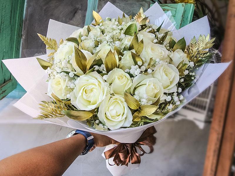 white-roses-gold-leaves-bali